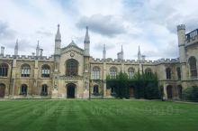 剑桥不大,暑假过来,充斥着游客和商贩,小城古老而美丽,有透出浓厚的庄严。