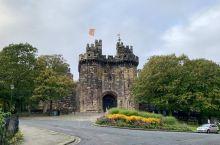 """威尔士的最后一站-康威,在离开康威之前又看了一眼康威城堡,它是爱德华一世建造的""""铁环""""城堡中最宏伟的"""