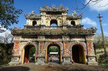 位於越南順化的皇城,是仿照中国之紫禁城模式建造,当中主殿太和殿,名稱亦大致一樣。现当中的很多建築物正