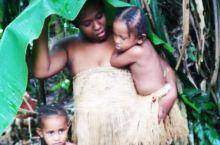 大杨摄影团,今天还是跟随者大杨老师, 来到了瓦努阿图的走火村,这个生活在火山脚下的村庄, 具有一种神