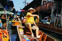 头顶戴着宽边草帽的中老年妇女们正摇着船桨,飘逸在运河上的小木船,装满了色彩缤纷的蔬果,这或许是你我在