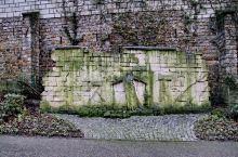 拿破仑建立的公墓(不赞成安葬于教堂之内),在此可以找到大家熟悉的巴黎公社.音乐家.文学家.艺术家.科