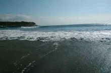 伊豆半岛,入住温泉庄,楼下就是今井浜海岸的沙滩。清晨有几位冲浪的少年在海浪里练习。
