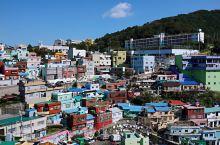 釜山其实是一座很有故事的城市。朝鲜战争期间,大批难民为避战祸,纷纷逃到釜山。政府为安顿这些难民,在甘