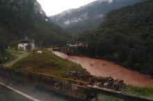 瑞丽,与缅甸相连的城市。 大理到瑞麗路上,天氣時晴時雨,沿途有獨龍江相伴,但江水都是土,不知這江都是