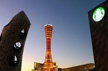 神户塔位于神户港口,这是神户的标志。每到晚上当塔上的灯亮起来的时候,呈现出一派美丽的景象,登高远望远