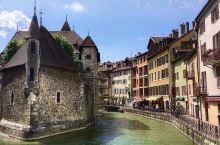 坐落在法国东部阿尔卑斯山麓下 日内瓦附近的阿纳西 有 阿尔卑斯山的明珠 法国的威尼斯 的美称  因为