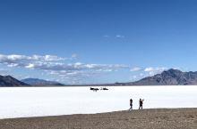 盐湖城的天空之镜在没有雨水的时候就是一片白茫茫的盐地,如雪景一般