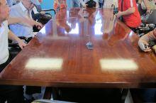 桌子上中间的这个黑色电话线就是就是人们看不见的北纬38度线。1953年7月27日划分的朝韩军事分界线