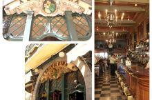 这可以算得上是里斯本最最有名的咖啡厅了,它于1905年开始营业,无处不体现着宏伟的新艺术风格的装饰,