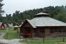 自驾智利2 从火山下来,就在Pueyhue公园内的Cabana(度假屋)住下了,这里的屋顶上都被盖上
