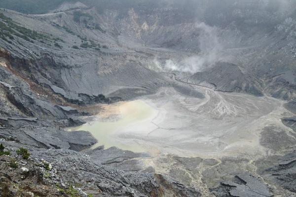 万隆火山口 历史的遗迹3