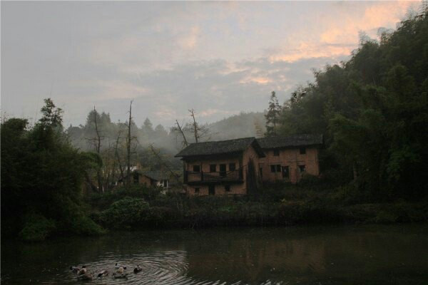早起,晨雾、房舍、炊烟、朝霞