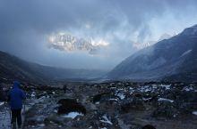 二人世界的徒步就要轻松许多,下山后我们才知道山顶的那场暴风雪在喜马拉雅山脉的各个角落都以不同高度的方