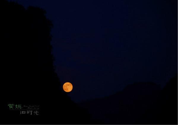 原本想象中的夜景应是万家灯火的模样,却因着黄姚的冷清,只能看见点点灯光,以及山里的明月。