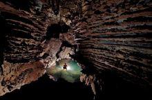 韩松洞,越南  韩松洞是越南偏远丛林中新近发现的、迄今为止是世界上最大的、单个大型天然洞穴,也是迄今