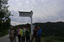 女娲山在 平利县城西15公里处海拔988米,古称中皇山,异峰独秀,因后有女娲宫而得名女娲山。女娲山境