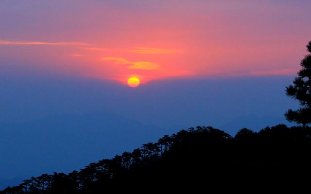 登顶黄山,日出云海两难全。