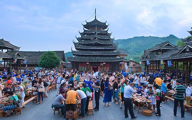 广西柳州·侗族大寨内壮观的百家宴