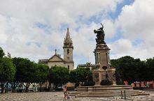 歌剧院门前的圣塞瓦斯蒂安广场上,立着橡胶贸易纪念碑。纪念碑的四方向雕塑,代表美洲、亚洲、欧洲、非洲,