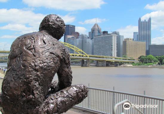 Mr. Rogers' Memorial Statue3