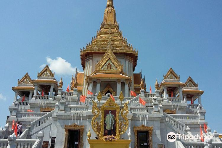 Standing Golden Buddha Temple1