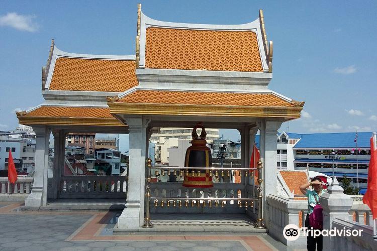 Standing Golden Buddha Temple2