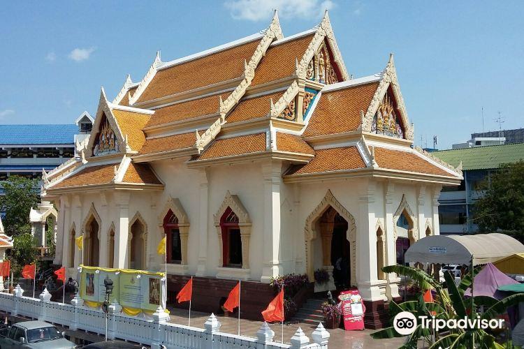 Standing Golden Buddha Temple4