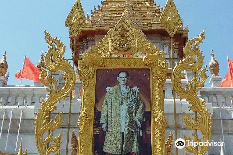 Standing Golden Buddha Temple3