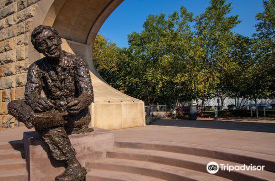 Mr. Rogers' Memorial Statue1