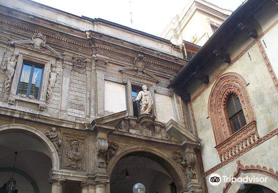 Piazza Mercanti3