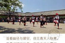 阿细跳月 阿细跳月是云南弥勒彝族阿细人的一种很有特色的民间民族舞蹈。此舞盛行于云南弥勒,路南,泸西一